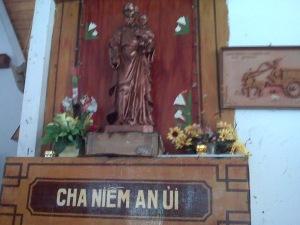 Salah satu orang kusud Katolik. Foto diambil dari bekas Gereja pengungsian   orang Vietnam di Pulau Batam(koleksi Pormadi)